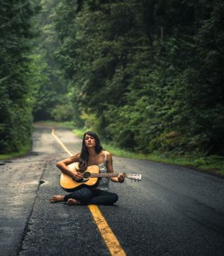 Girl Playing Guitar On Countryside Road - Obrázkek zdarma pro iPhone 4S