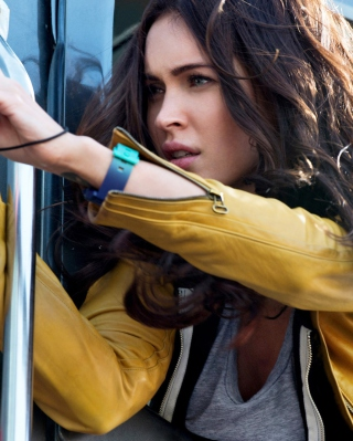 Free Megan Fox In Teenage Mutant Ninja Turtles Picture for Nokia C1-01