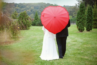 Just Married Couple Under Love Umbrella papel de parede para celular