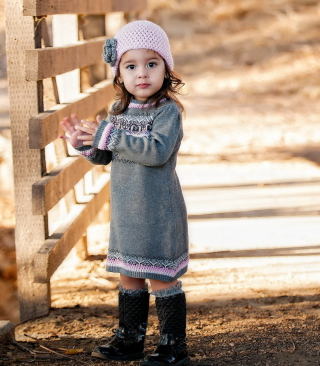 Cute Child Girl In Soft Pink Hat sfondi gratuiti per Nokia Asha 311