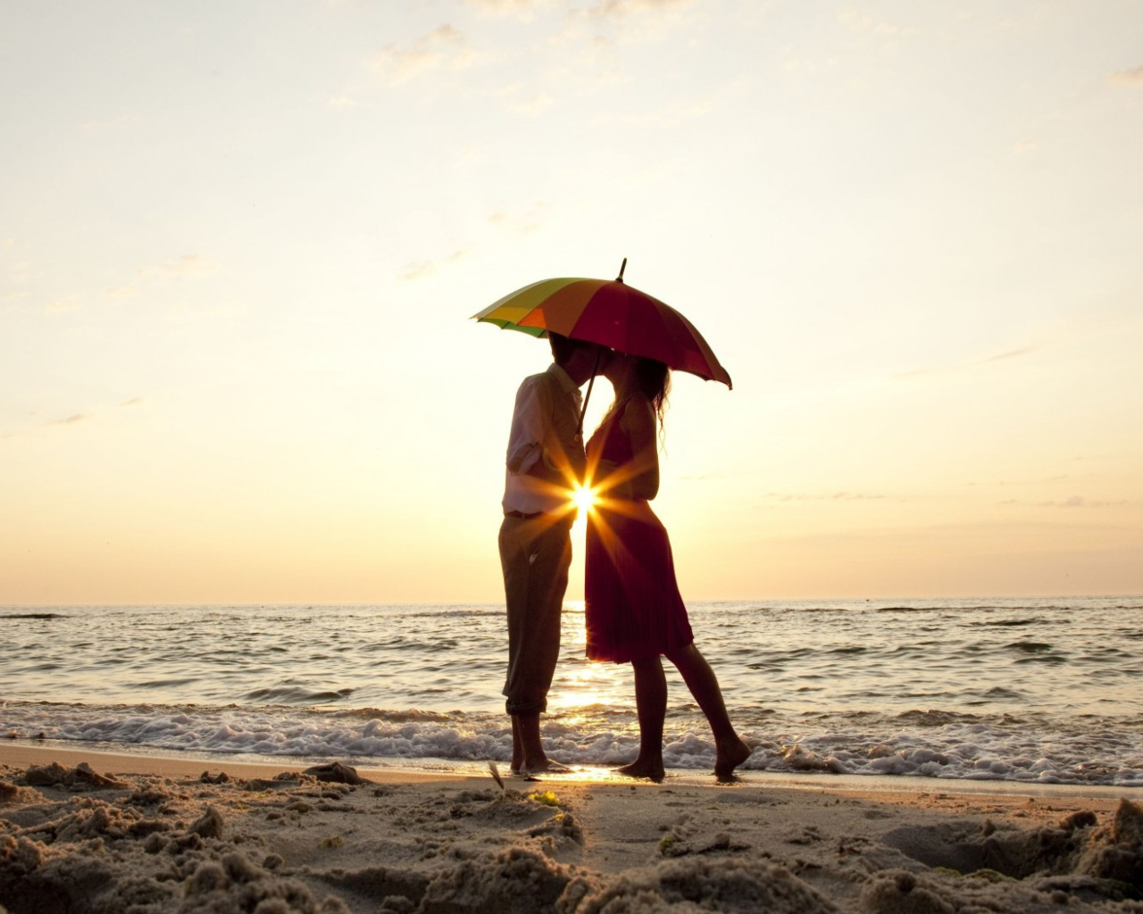 Screenshot №1 pro téma Couple Kissing Under Umbrella At Sunset On Beach 1280x1024