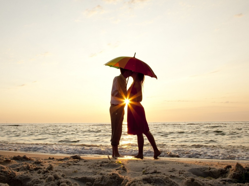 Screenshot №1 pro téma Couple Kissing Under Umbrella At Sunset On Beach 800x600