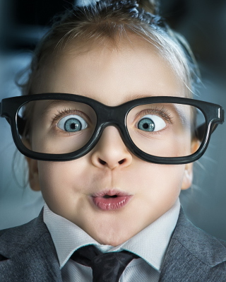 Funny Child In Big Glasses - Fondos de pantalla gratis para iPhone SE