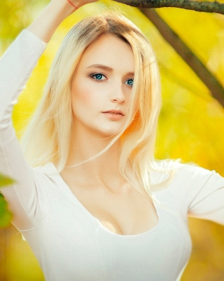 Blonde in Park Wallpaper for 320x480