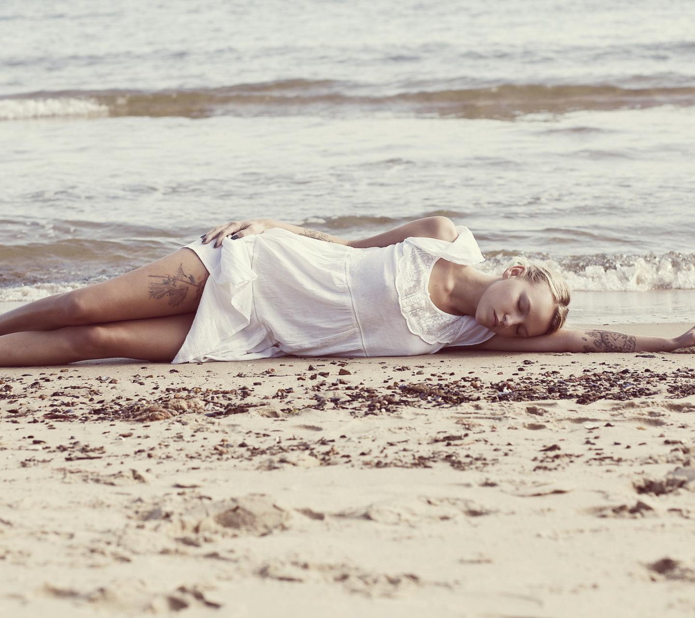 картинки лежа на берегу океана прикольные которые передаются