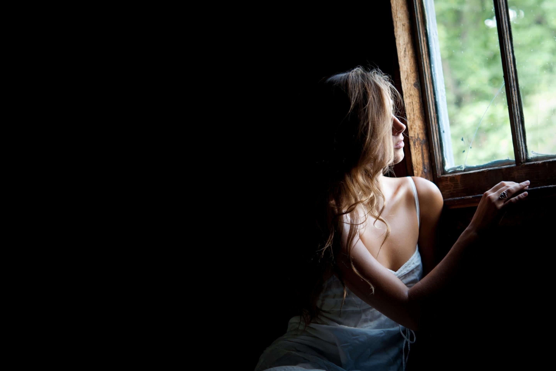 Картинки девушки у окна со спины, картинки для канала