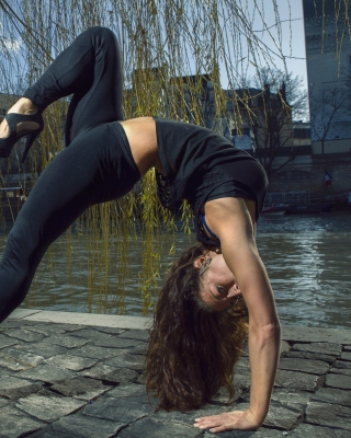 Gymnast Girl Outdoors sfondi gratuiti per iPhone 4S