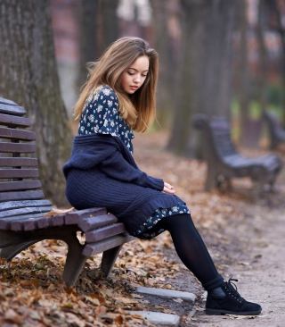 Beautiful Girl Sitting On Bench In Autumn Park - Obrázkek zdarma pro Nokia C1-01
