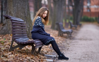 Beautiful Girl Sitting On Bench In Autumn Park - Obrázkek zdarma