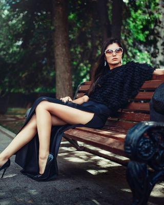 Brunette model posing on bench sfondi gratuiti per iPhone 6 Plus