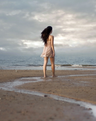 Girl Walking On Beach Picture for iPhone 6 Plus