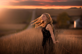 Curly Blonde In Field - Fondos de pantalla gratis