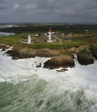 Lighthouse On Hill And Big Waves sfondi gratuiti per Nokia Lumia 800