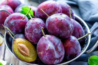 Plums with Vitamins sfondi gratuiti per 1366x768