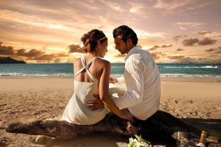 Couple On The Beach Picture for Android, iPhone and iPad