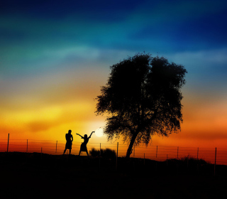Couple Silhouettes Under Tree At Sunset sfondi gratuiti per iPad Air