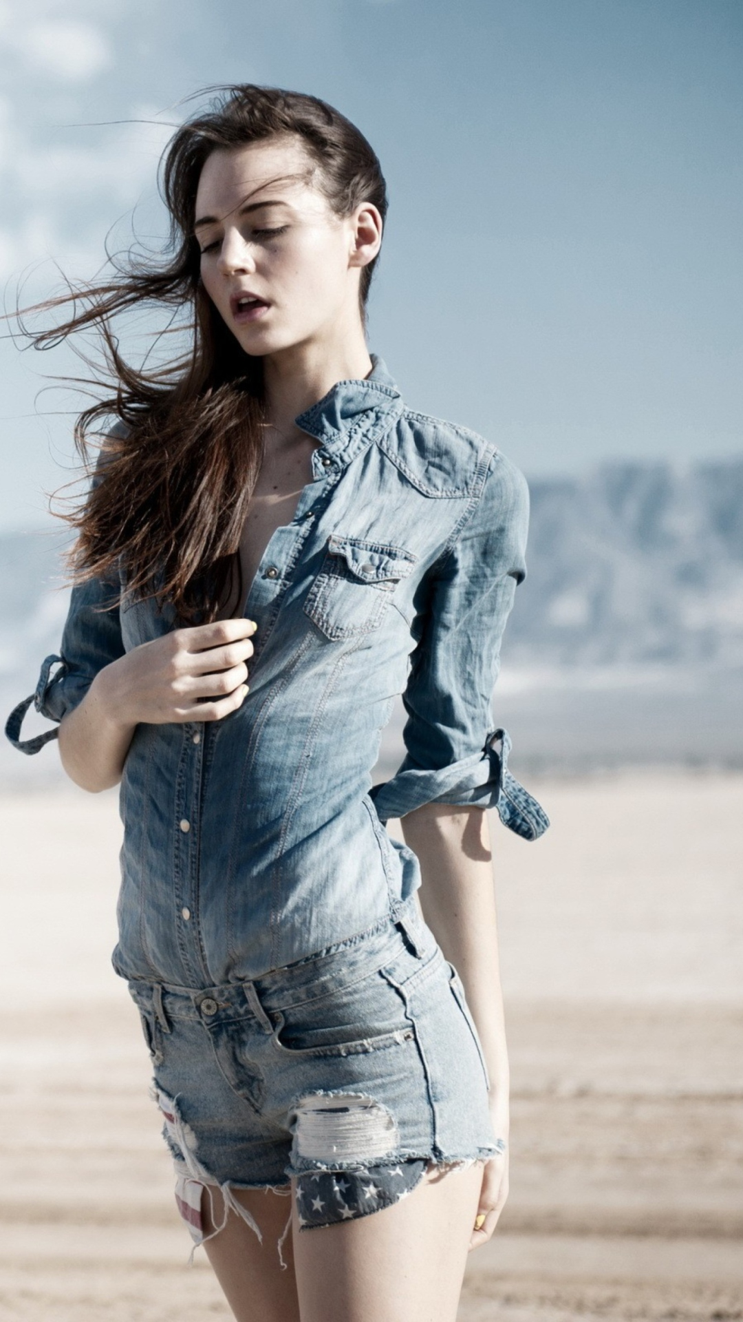 Screenshot №1 pro téma Brunette Model In Jeans Shirt 1080x1920