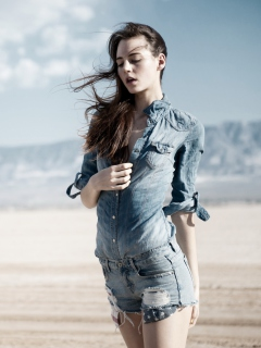 Screenshot №1 pro téma Brunette Model In Jeans Shirt 240x320