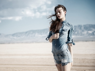 Sfondi Brunette Model In Jeans Shirt 320x240