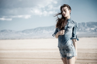 Kostenloses Brunette Model In Jeans Shirt Wallpaper für 1366x768