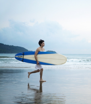 Guy Running With Surf Board sfondi gratuiti per iPhone 6 Plus