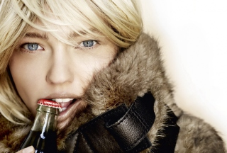Free Platinum Blonde With Coca-Cola Picture for Fullscreen Desktop 1024x768