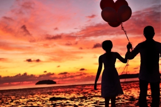 Kostenloses Couple With Balloons Silhouette At Sunset Wallpaper für 1280x720
