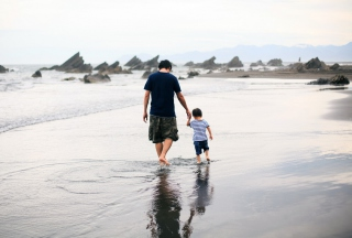 Father And Child Walking By Beach - Obrázkek zdarma pro Android 1280x960