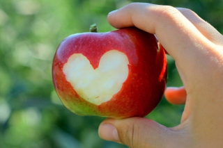 Heart On Apple - Fondos de pantalla gratis