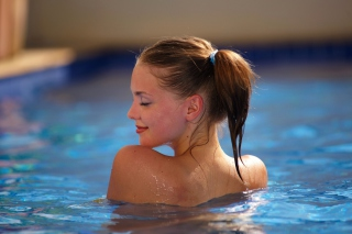 Free Girl In Pool Picture for Android, iPhone and iPad