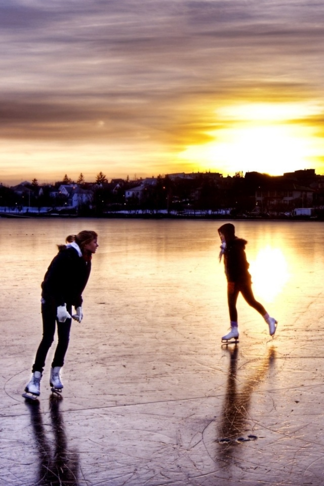 Sfondi Ice Skating in Iceland 640x960