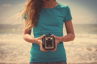 Girl On Beach With Retro Camera In Hands sfondi gratuiti per cellulari Android, iPhone, iPad e desktop