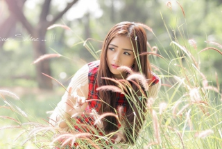 Kostenloses Asian Girl In Field Wallpaper für Android, iPhone und iPad