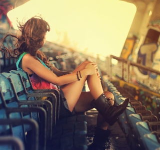 Girl Sitting In Stadium sfondi gratuiti per 128x128