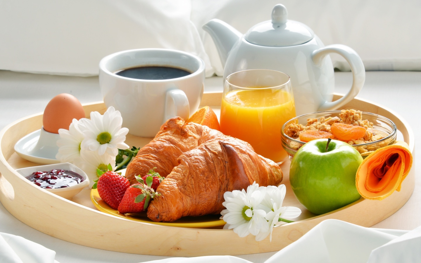https://f.vividscreen.info/soft/5948eb316203f0d6a486068c6ed48cbe/Breakfast-with-croissant-and-musli-1440x900.jpg