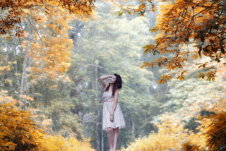 Girl In Autumn Forest papel de parede para celular