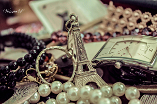 Eiffel Tower Key Chain Background for Android, iPhone and iPad