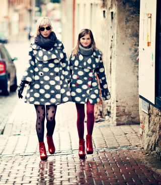 Mother And Daughter In Matching Coats sfondi gratuiti per Nokia C2-02