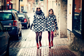 Kostenloses Mother And Daughter In Matching Coats Wallpaper für Android, iPhone und iPad
