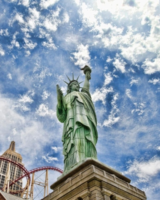 Statue of Liberty in Vegas Background for Nokia C6-01