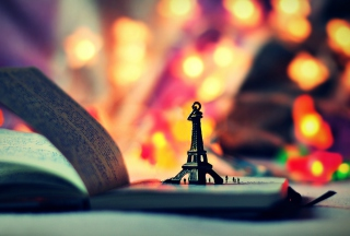 Kostenloses Mini Eiffel Purple Golden Bokeh Wallpaper für Android, iPhone und iPad
