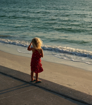 Child Looking At Sea sfondi gratuiti per iPhone 6