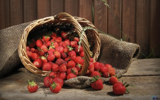 Free Strawberry Basket Picture for Android, iPhone and iPad