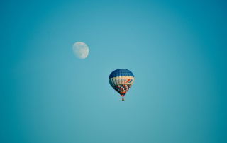 Air Balloon In Blue Sky In Front Of White Moon - Obrázkek zdarma