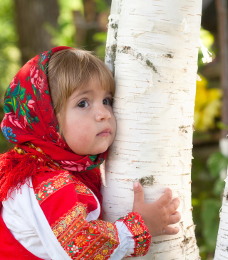 Little Russian Girl And Birch Tree - Obrázkek zdarma pro Nokia C2-05