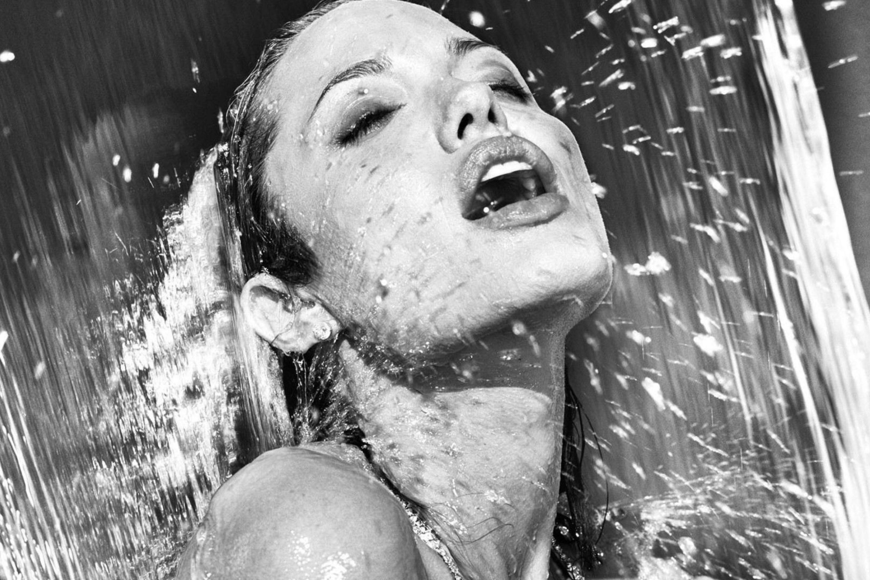 Членом сиськах лесбиянки в душе со льдом