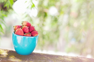 Kostenloses Strawberries In Blue Cup Wallpaper für Android, iPhone und iPad