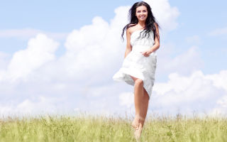 Happy Girl In White Dress In Field - Obrázkek zdarma