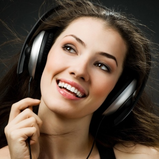 Girl in Headphones sfondi gratuiti per 1024x1024