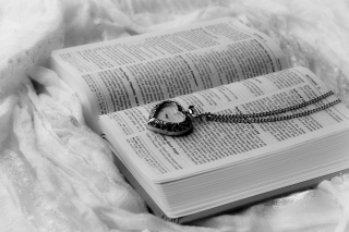 Bible And Vintage Heart-Shaped Watch - Obrázkek zdarma
